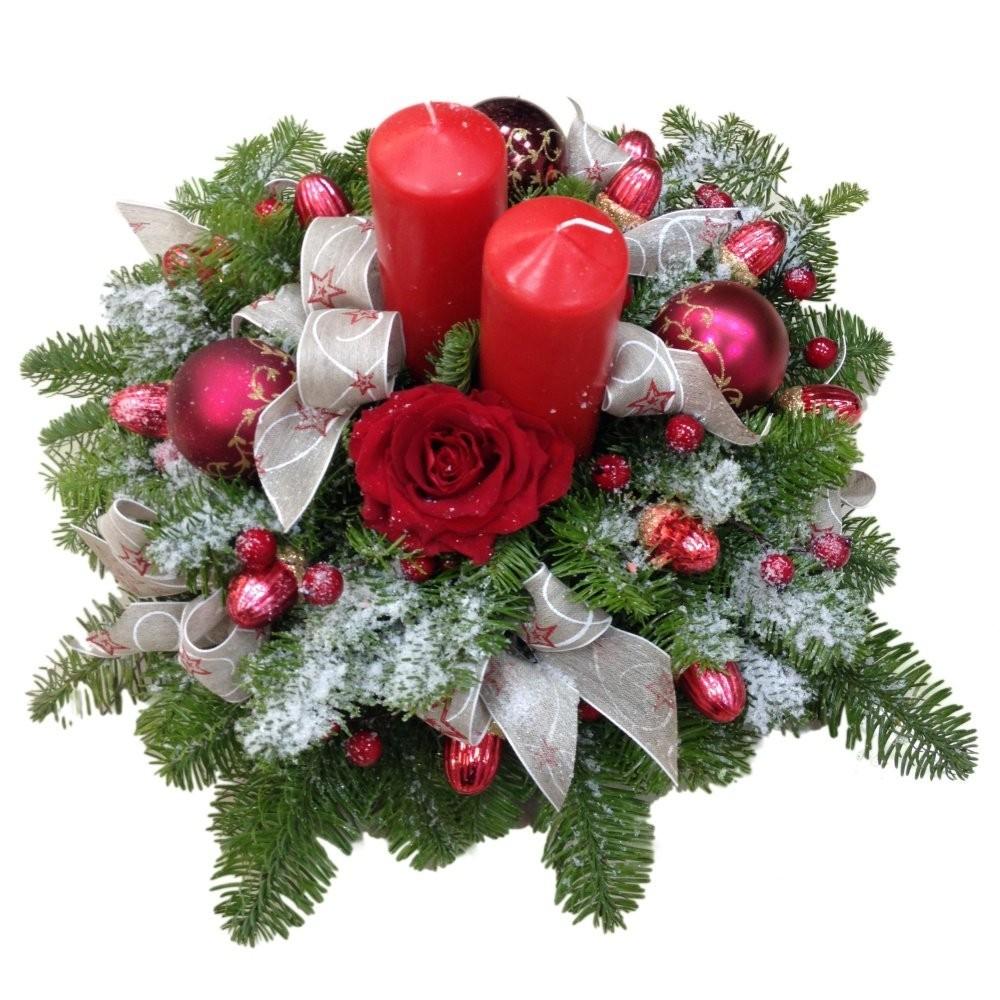Новогодняя композиция из лапника, свечей, роз Гран При и ёлочных игрушек «Праздничный дух»