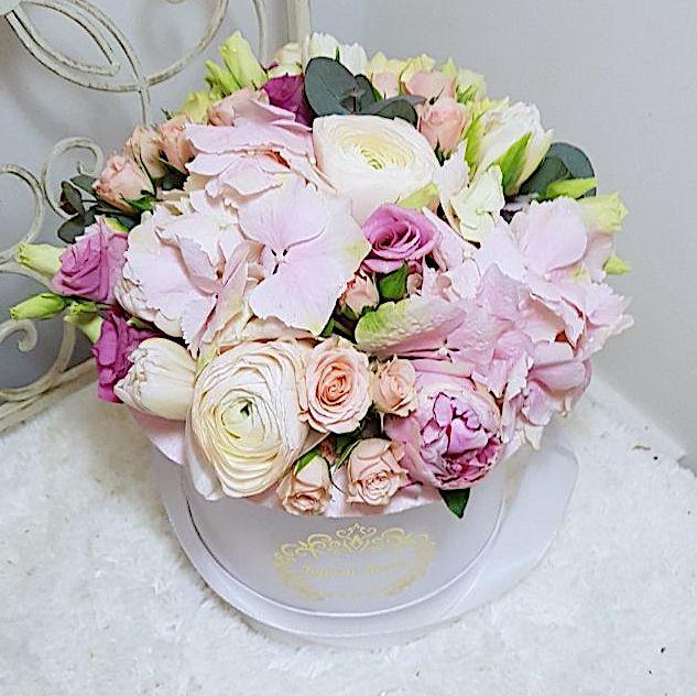 Цветы в шляпной коробке с гортензией, пионом, розами и тюльпанами  «Рождение Венеры»