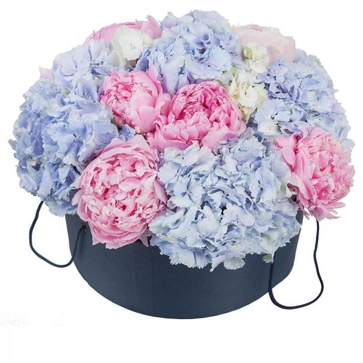 Цветы в шляпной коробке с 7 пионами и 5 гортензиями «Любовный сезон»