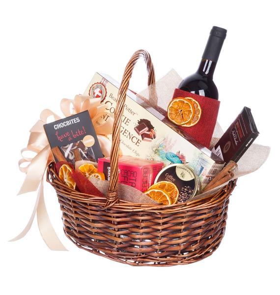 Подарочная корзина с дольками апельсина, шоколадом и вином «Вечер у камина»