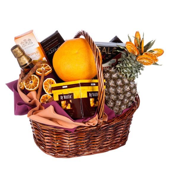 Подарочная корзина с шоколадом, ананасом и бутылкой бренди Don Pelayo «Счастливый случай»