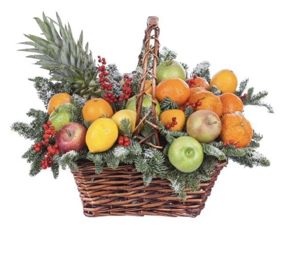 Подарочная корзина с лапником, ананасом и фруктами «Тропическая зима»
