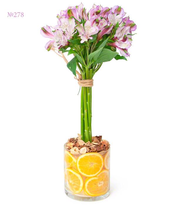 Цветочная композиция из 7 альстромерий в вазе с апельсинами «Сладкий цитрус»