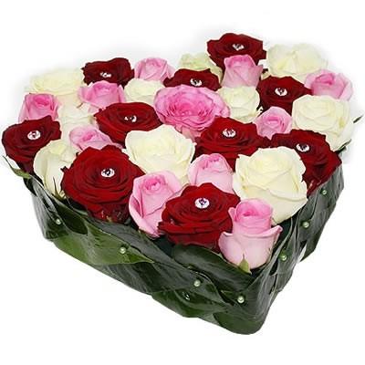 Цветочная композиция из 31 розы и зелени «Драгоценная любовь»