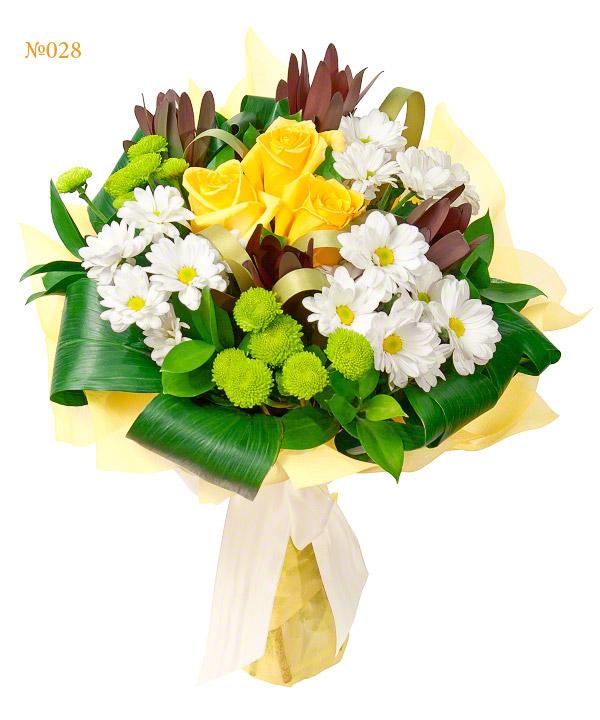 Букет из 5 кустовых хризантем, 3 роз и зелени «Улыбка Деметры»