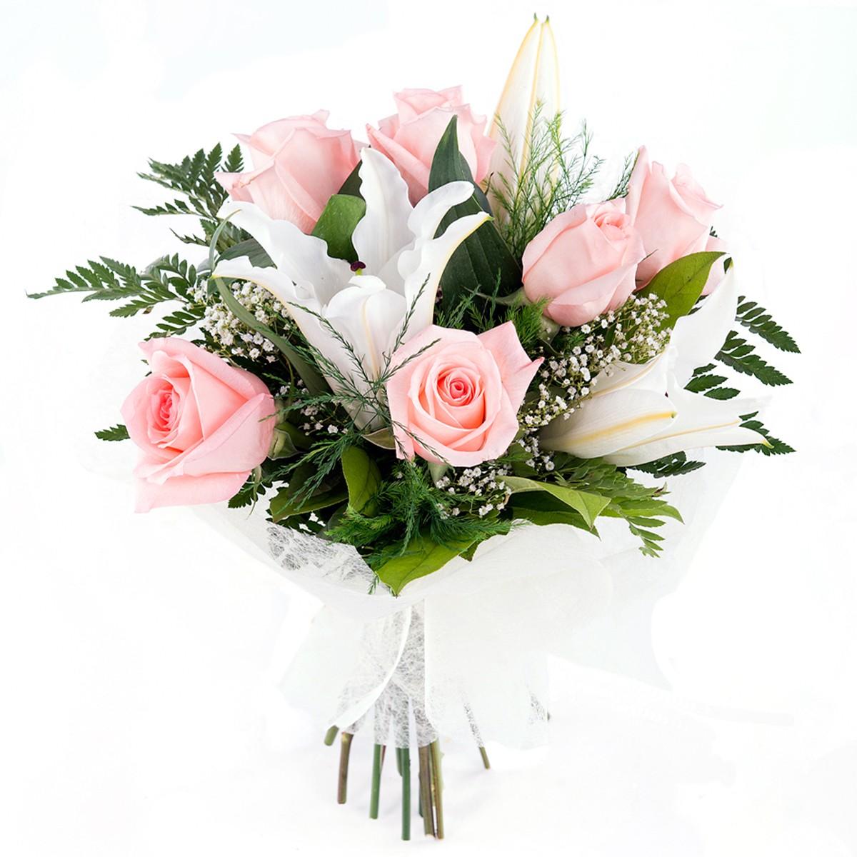 Букет из 5 нежно-розовых роз и белых лилий с зеленью.  «Романтико.»