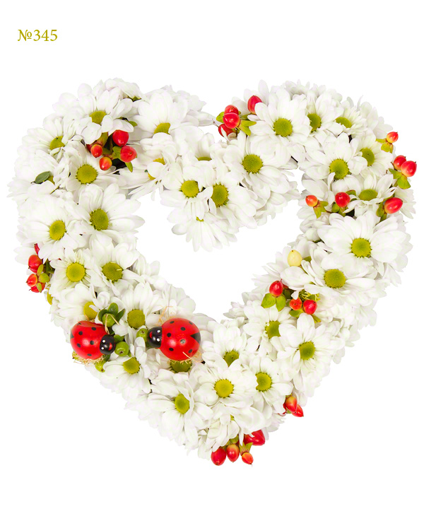 Цветочная композиция из 7 кустовых хризантем и декора «Весеннее сердце»