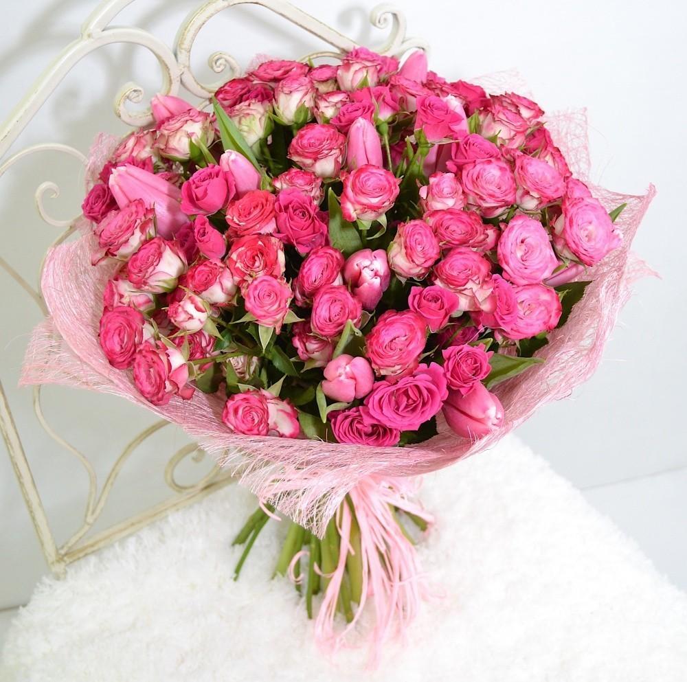 Букет из 11 розовых тюльпанов и 18 кустовых розовых роз «Розовые сны»