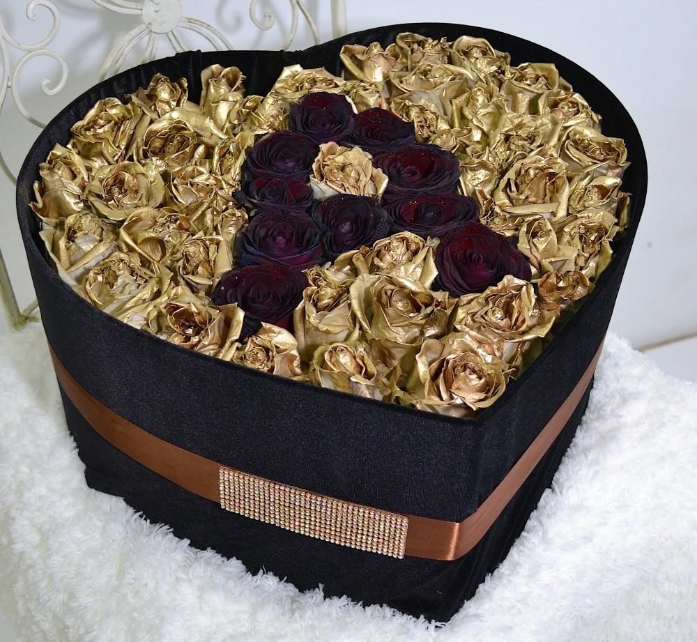 Цветы в коробке  с 51 золотой и 10 чёрными розами «Антрацит»