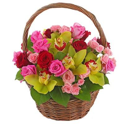 Корзина цветов с 5 орхидеями, 15 одноголовыми и 4 кустовыми розами «Цветочная авеню»
