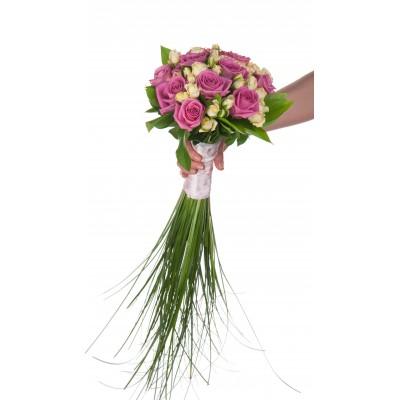 Букет невесты из 10 розовых роз и 5 белых кустовых роз «Замирание сердца»