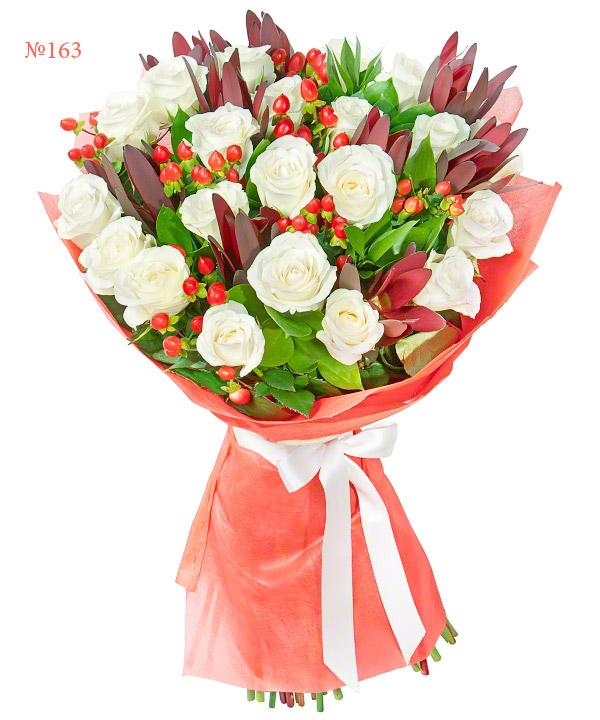 Букет из 21 белой розы, гиперикума и зелени «Морриган»