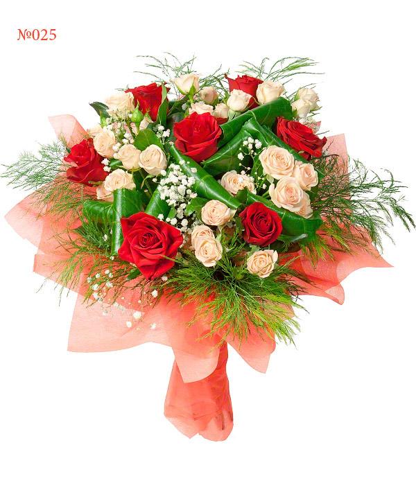 Букет из 7 роз, 5 кустовых роз и зелени «Владычица озёр»
