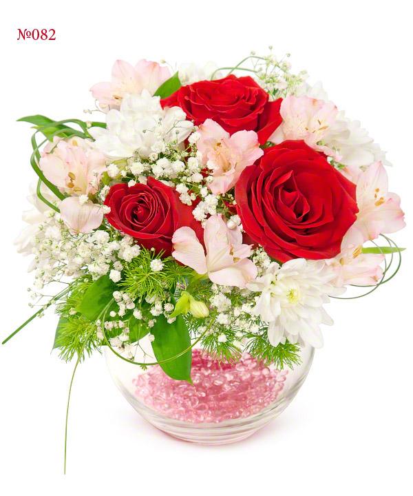 Цветочная композиция из 3 роз, 2 альстромерий и кустовых хризантем «Урсула»