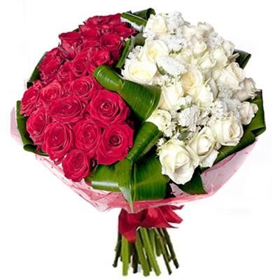 Букет из 35 красных и белых роз «Праздничные контрасты»