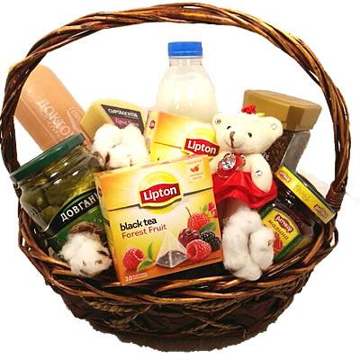 Подарочная корзина с мишкой, продуктами и сладостями «Милый пикник»