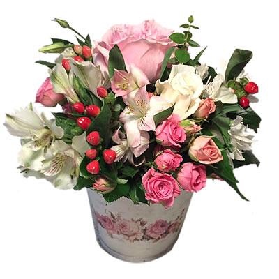 Цветы в коробке  с розами, гвоздиками, альстромериями и зеленью «Диадема принцессы»