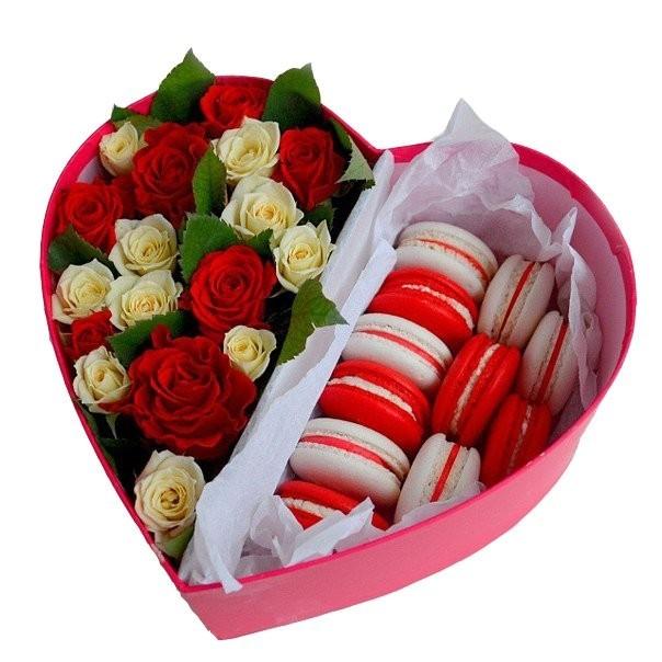 Подарочная коробка с красно-белыми розами и 8 макарони «Сладкие контрасты»