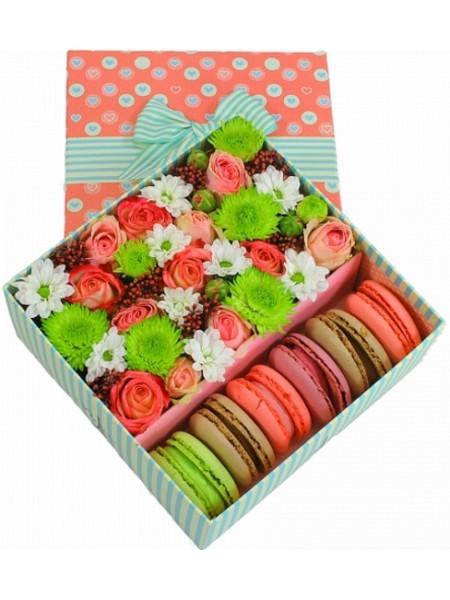 Подарочная коробка с яркими цветами и 6 макарони «Сладкие эмоции»