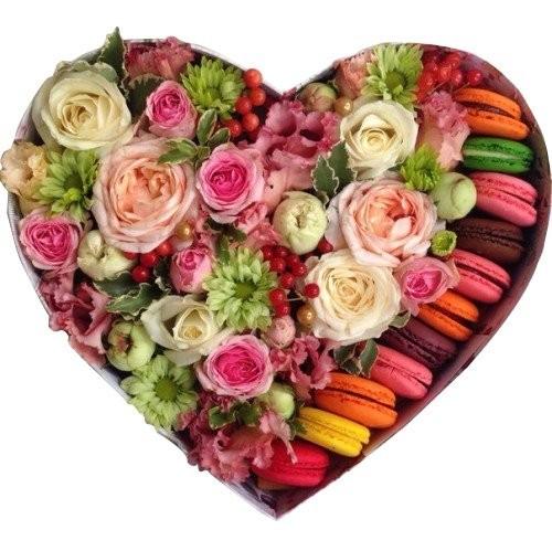 Подарочная коробка с цветами нежных оттенков и 8 макарони «Сладкий вихрь»