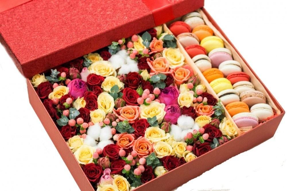 Подарочная коробка с ароматными цветами и 20 макарони «Сладкие нюансы»