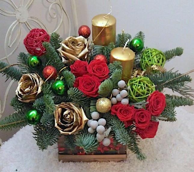 Новогодняя композиция из красных и золотых роз, лапника и свечей «Зимний сон»