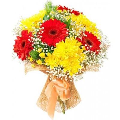 Букет из 4 хризантем, 5 гербер и зелени «Сентябрьское утро»